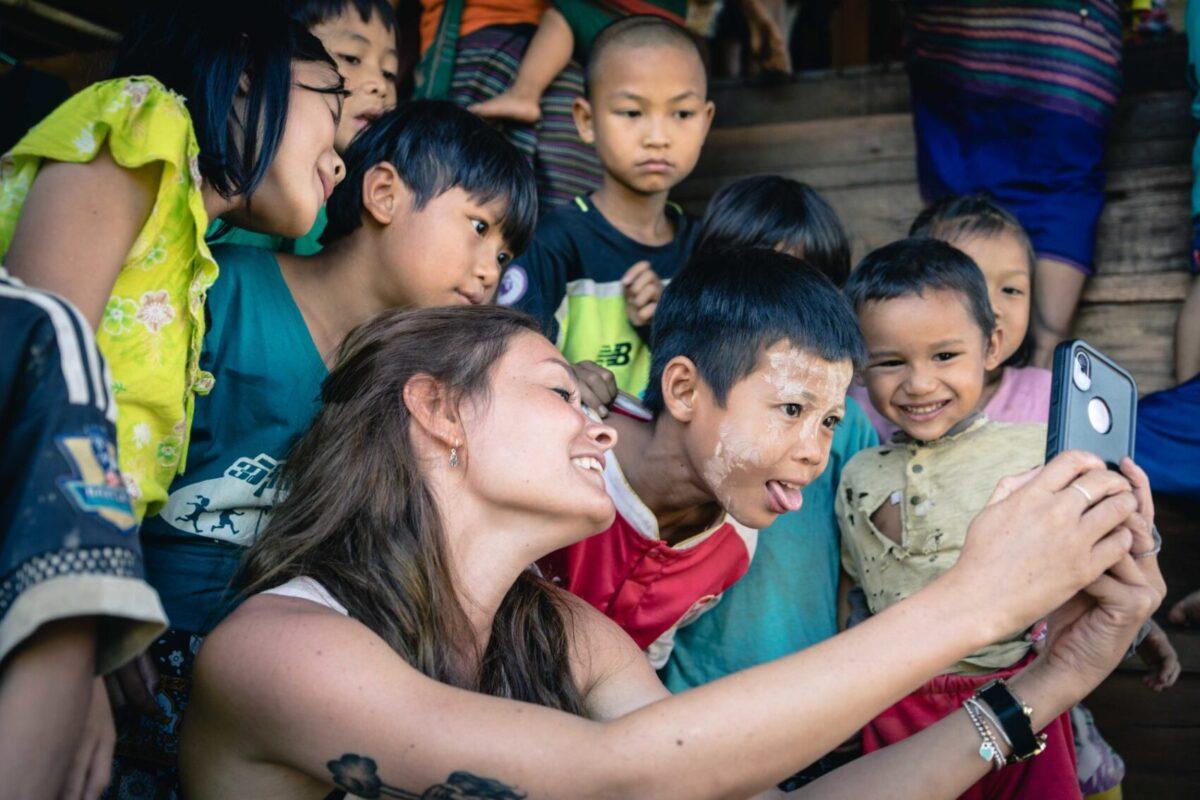 volontaria solid gioca con i bambini