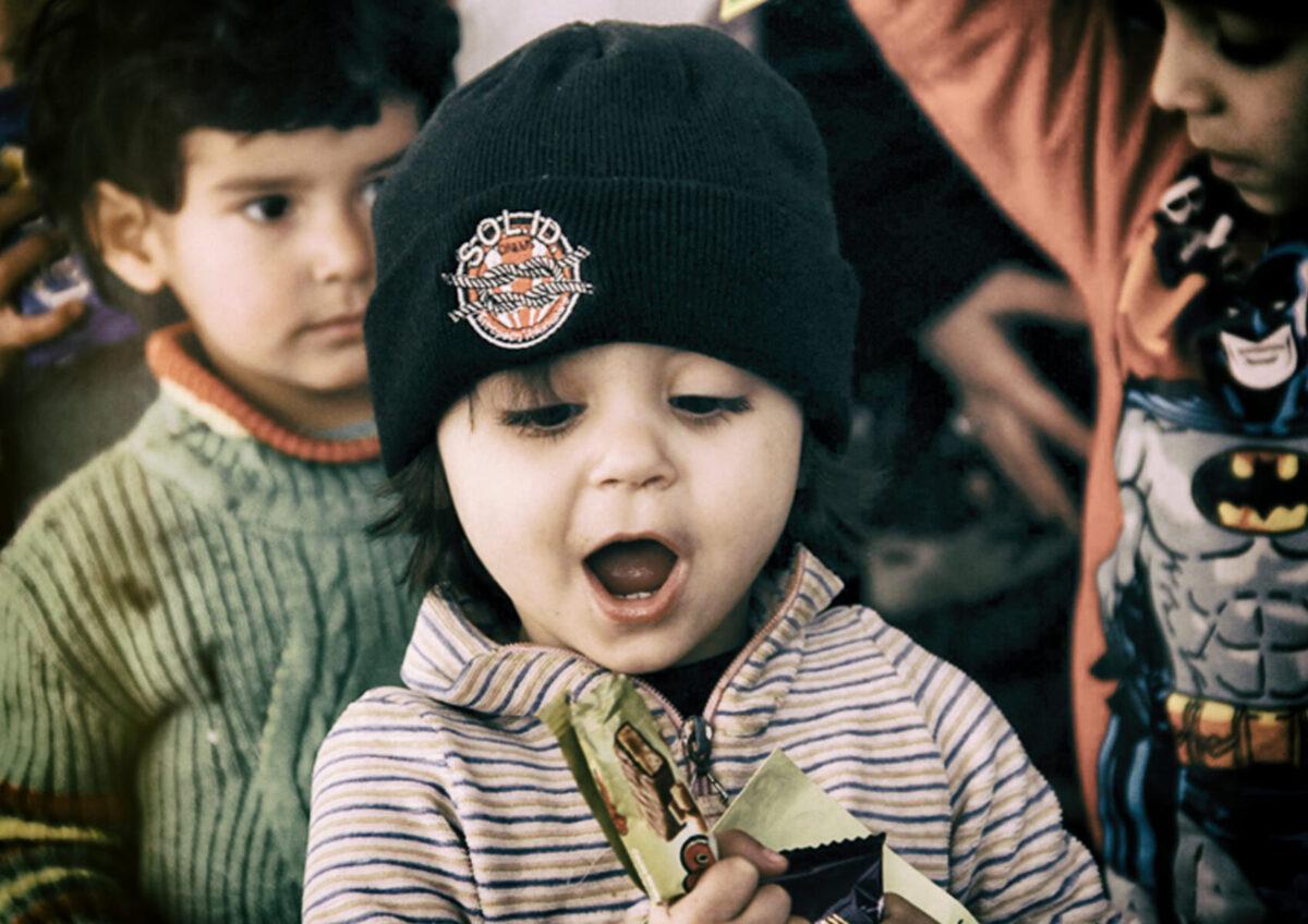 bambina siriana solid con un gruppo di giovani
