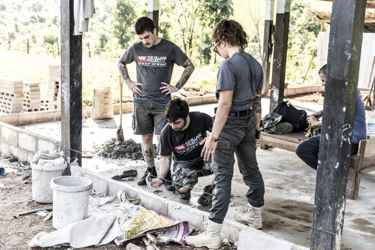 volontari solid costruiscono villaggio