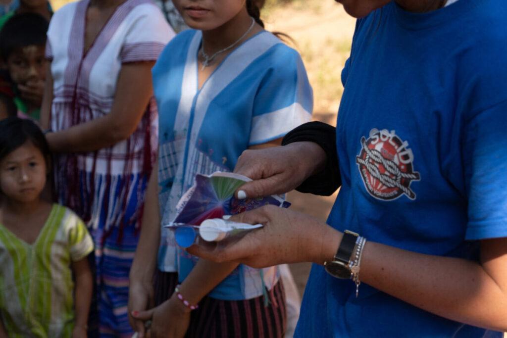 volontaria e maestra karen durante progetto sorriso di igiene dentale