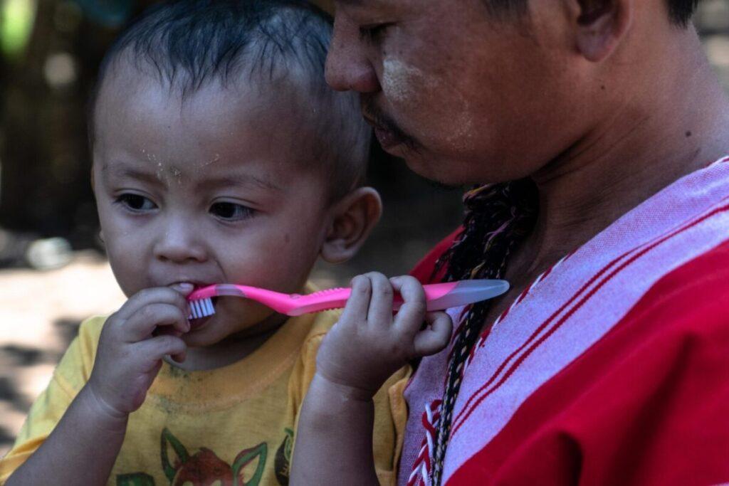 bambino karen durante progetto sorriso di igiene dentale